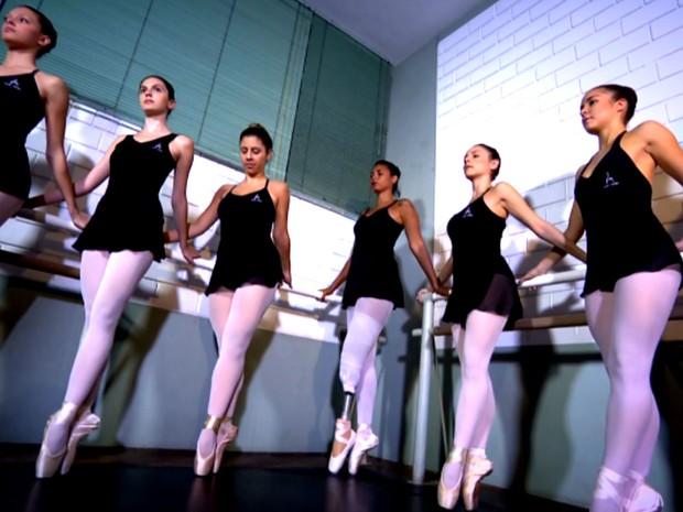 Melina faz exercícios de balé junto com turma após receber prótese inédita em Campinas (Foto: Reprodução / EPTV)
