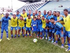 Menino Gabriela é recebido pelo time do Goytacaz (Foto: Gustavo Rangel/Divulgação)