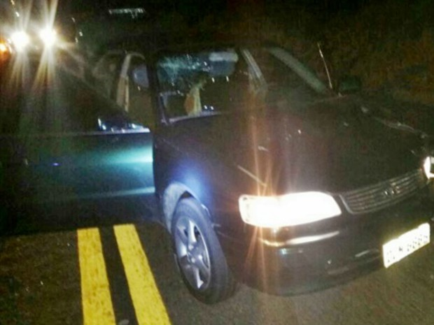 Carro usado pelos bandidos foi abandonado na BR-101 (Foto: Site Giro de Notícias)