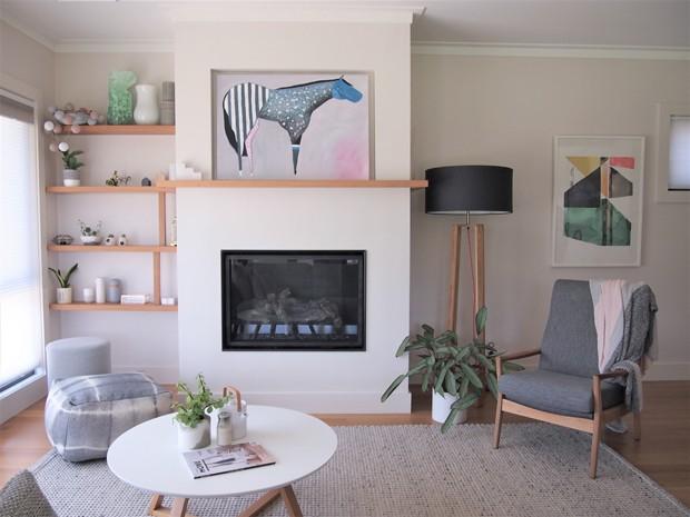 A madeira, material favorito de Lisa, se destaca na base neutra. O material também deixa o lar mais acolhedor (Foto: White and Wander/Divulgação)