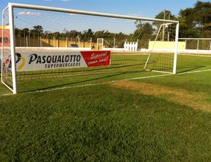 Gramado do estádio Passo das Emas em Lucas do Rio Verde (Foto: Lucas de Senna/TVCA)