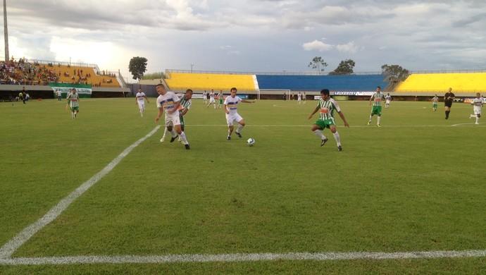 André Leonel pede pênalti em lance na área do Tocantinópolis (Foto: Camila Rodrigues/GloboEsporte.com)