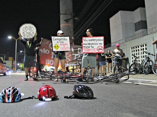 Ciclistas cobram iniciativas de conscientização e fiscalização  (Foto: Adneison Severiano/G1 AM)