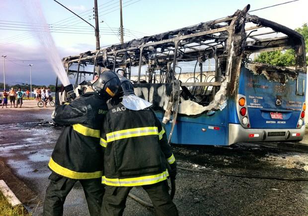 Ônibus foi incendiado no bairro Cidade Náutica, em São Vicente (Foto: Fabiana Faria/TV Tribuna)