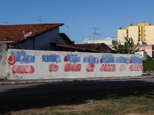 Mesmo muro tem mais de uma pintura por candidato (Foto: Luna Markman/G1)