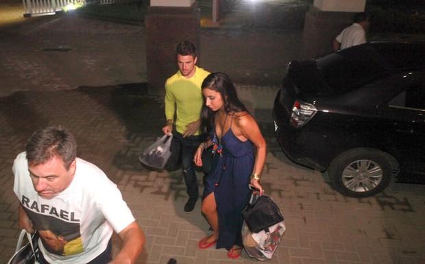 Ex-BBBs Rafael Licks e Talita Araújo em hotel na Zona Oeste do Rio (Foto: Isac Luz/ EGO)