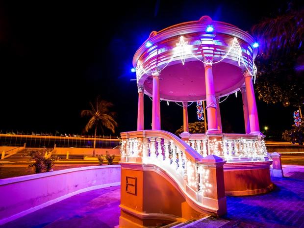 Coreto no Jaraguá recebeu iluminação natalina (Foto: Jonathan Lins/G1)