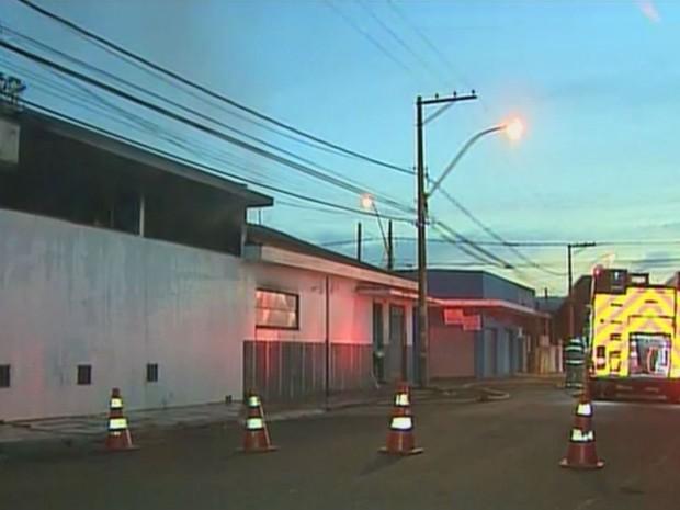 Depósito de um antigo supermercado pegou fogo, mas Corpo de Bombeiros conseguiu controlar as chamas (Foto: Reprodução/EPTV)