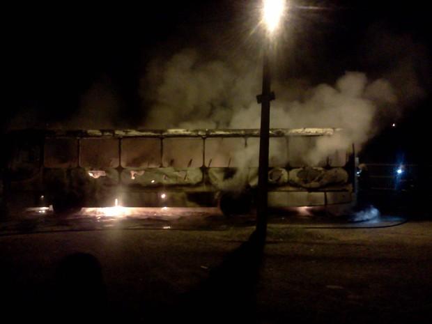 Ônibus foi incendiado em Criciúma, no Sul de Santa Catarina (Foto: Fábio Boaventura/Divulgação)