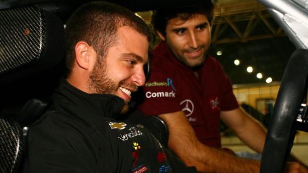 Ernesto Viso e Sergio Jimenez dentro do carro da Top Series em São Paulo (Foto: Bruno Terena/ divulgação)