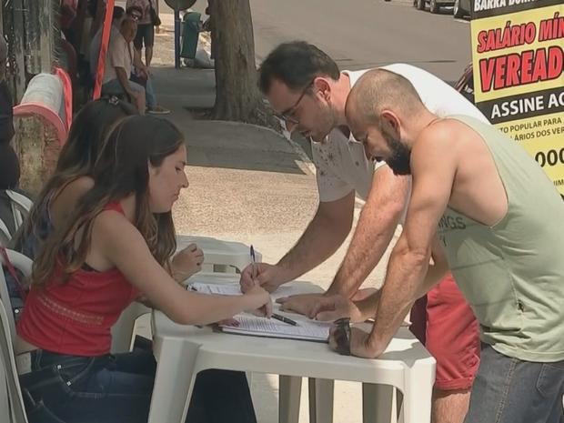 Moradores recolheram assinaturas (Foto: Reprodução/TV TEM)