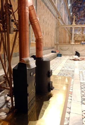Imagem divulgada pelo jornal do Vaticano, 'L'Osservatore Romano', mostra, em 15 de abril de 2005, os fornos na Capela Sistina, preparados para o conclave que elegeu o Papa Bento XVI (Foto: AP)