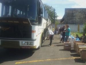 Caixas com mercadoria estavam dentro de um ônibus de viagem (Foto: Reprodução/TV Tribuna)