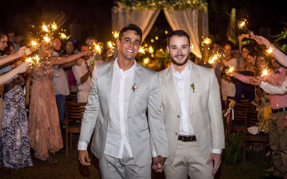 O casal Hugo Pullen e Thiago Ribeiro casaram-se no civil em setembro de 2016 em Brasília (Foto: Rômulo Juracy/Divulgação)