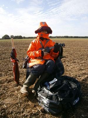 Jamie Fox foi contratado como espantalho em uma plantação de colza  (Foto: PA)