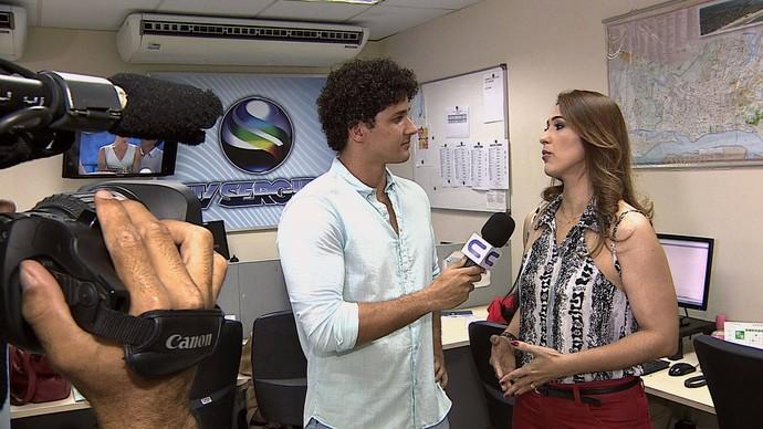 Repórter Brucce Cabral entrevista a Jornalista Susane Vidal durante a visita surpresa (Foto: TV Sergipe)