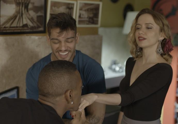 Cleyton fica todo saídinho ao conhecer Piedad (Foto: TV Globo)