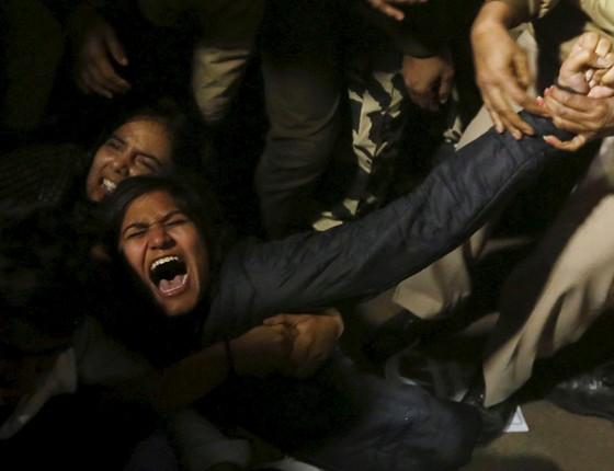 manifestante é detido pela polícia durante um protesto contra a libertação de um condenado a violação de menores , em Nova Deli, Índia, 20 de dezembro de 2015 (Foto: Adnan Abidi / Reuters)