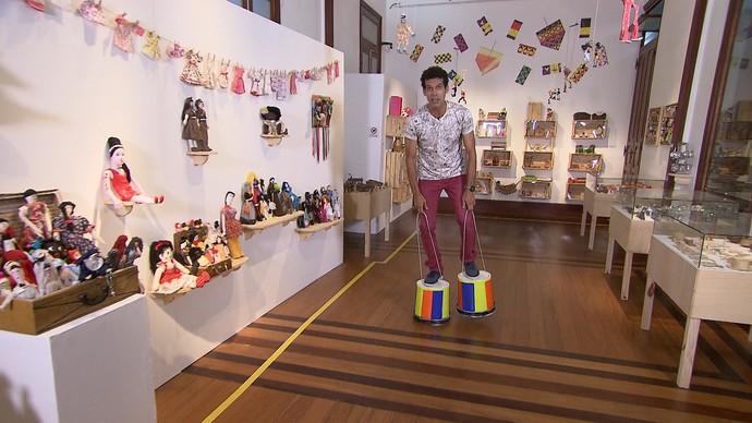Apresentador Jackson Costa se diverte em exposição de brinquedos (Foto: TV Bahia)