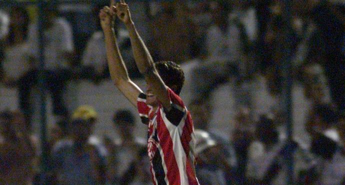 edmilson festeja gol pelo são paulo em 1999 (Foto: Paulo Pinto/Estadão Conteúdo)