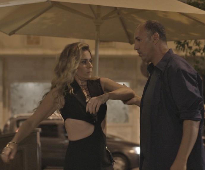 Atena sai toda arrumada para o casamento, mas é surpreendida por dois homens no meio da rua (Foto: TV Globo)