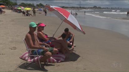Veranistas aproveitam o fim de semana nas praias do Paraná