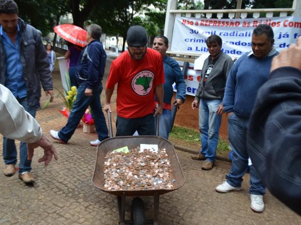 Jerry de Oliveira com moedas para o pagamento da condenação em Campinas (SP) (Foto: Marina Ortiz/ G1)