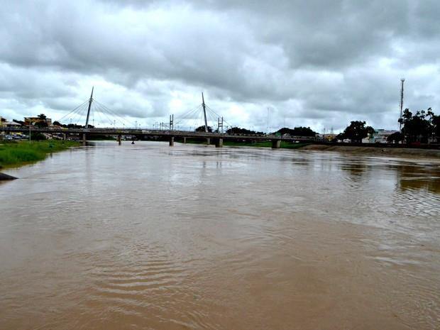 em Rio Branco, Rio Acre ultrapassa a cota de alerta (Foto: Aline Nascimento / G1)