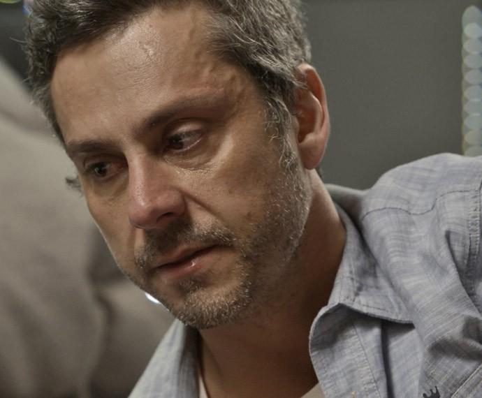 Romero fica arrasado com suposta morte de Atena (Foto: TV Globo)