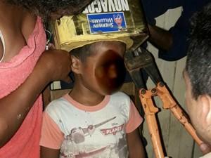 Bombeiros cortaram lateral da lata e liberaram o menino  (Foto: Divulgação/Corpo de Bombeiros)