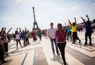 Pedido foi feito no Trocadéro, com vista para a Torre Eiffel. (Foto: Raidel Deucher Ribeiro/VC no G1)
