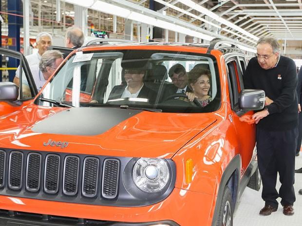 Dilma, o governador Paulo Câmara e o presidente-executivo do grupo Fiat Chrysler, Sergio Marchionne, durante cerimônia. (Foto: Roberto Stuckert Filho/PR)