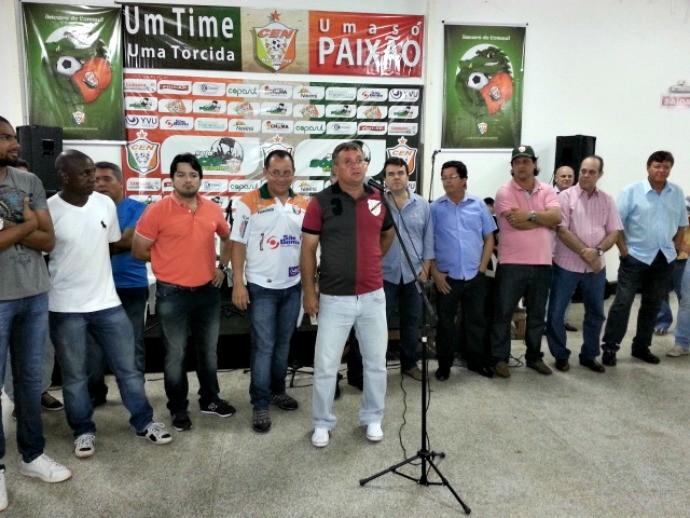 Membros da diretoria do clube durante apresentação dos uniformes (Foto: Orisvaldo Sales/CEN)