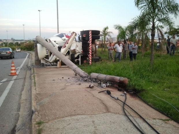 Caminhão tomba em avenida perto do Parque das Águas em Sorocaba (Foto: Carlos Alberto/TEM Você)