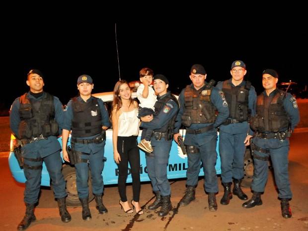 Policiais visitaram menino durante festa de aniversário (Foto: Nágila Soares/ Arquivo Pessoal Ingrid Beatriz)