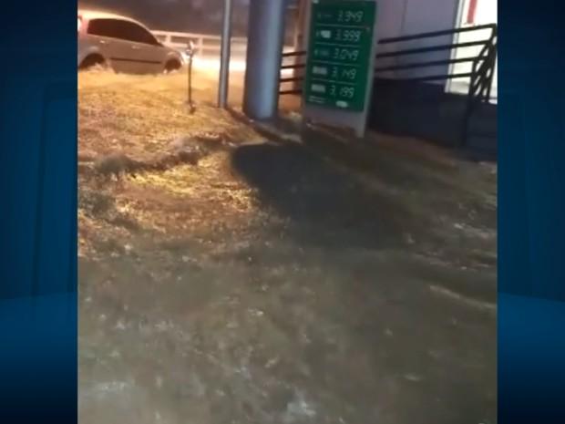 Chuva causou enxurradas que inundaram casas e arrastaram carros em Lavras (Foto: Reprodução EPTV)