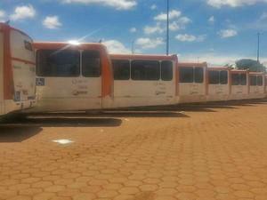 Ônibus parados durante paralisação relâmpago no DF (Foto: Isabella Formiga/G1)