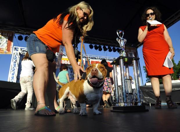 Walle aparece próximo à dona Tammie Barbee ao ser anunciado vencedor da 25º edição do Concurso do Cachorro Mais Feio do Mundo  (Foto: Josh Edelson/AFP)