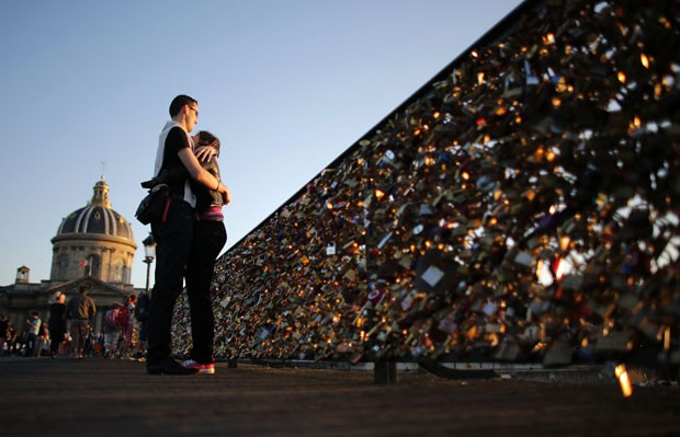 Excesso de cadeados de apaixonados põe em risco ponte de Paris  (Foto: Christian Hartmann/Reuters)