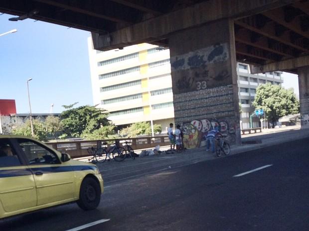 Jovens negociam bicicletas embaixo de viaduto do Rio (Foto: Matheus Rodrigues/ G1)