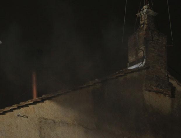 Fumaça preta sai da Capela Sistina na noite desta terça-feira (12) (Foto: Dmitry Lovetsky/AP)