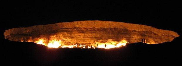 Cratera pode ser vista de longe, principalmente durante a noite (Foto: Igor Sasin/AFP)