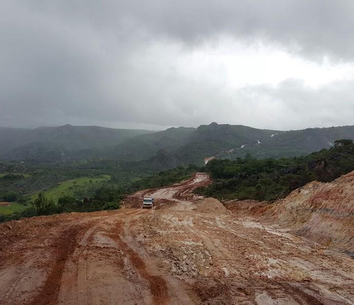 Estradas de chão batido eram comuns no deslocamento da equipe (Foto: Raul Gama/Gshow)