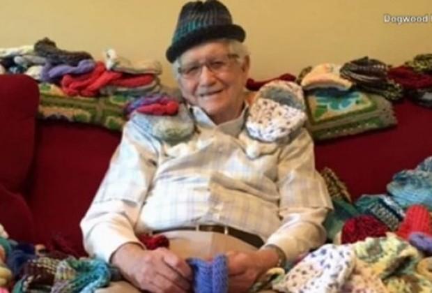 Ed aprendeu a fazer tricô para ajudar bebês prematuros (Foto: Reprodução)