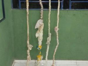 Presos montaram cordas artesanais para escalar muro (Foto: Divulgação/Sejus)