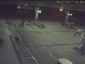 Frentista corre durante roubo em posto de combustíveis  (Foto: Reprodução/TVTEM)