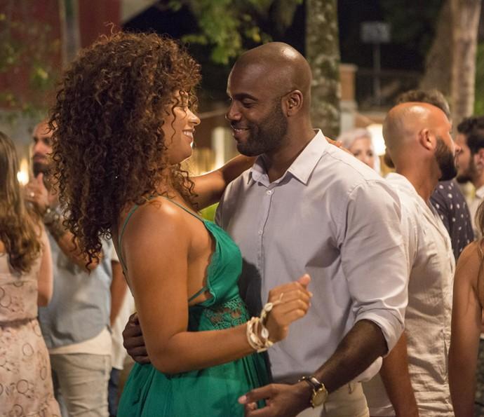 Dora e João Amaro dançam juntinhos no Ano Novo (Foto: Felipe Monteiro / Gshow)