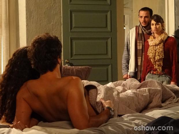 Que choque! Irmãos flagram Jana e Domênico na cama (Foto: Geração Brasil/TV Globo)
