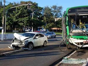 Carro e ônibus se envolvem em acidente no cruzamento das avenidas Amoreiras e Prefeito Faria Lima, em Campinas (SP) (Foto: Wagner Souza)