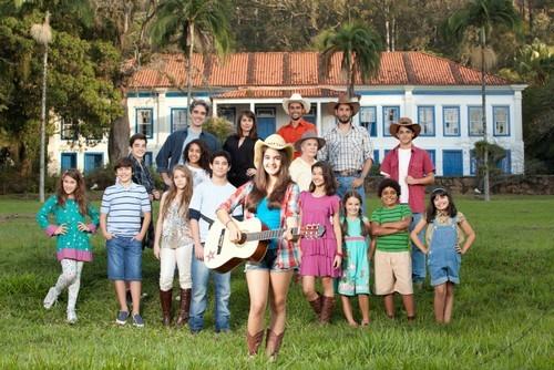 Foto (Foto: A atriz mirim Maitê Padilha à frente do elenco de 'Gaby Estrella'. Foto: Matheus Coutinho / Divulgação)
